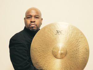 Le batteur Gene Jackson et cymbale